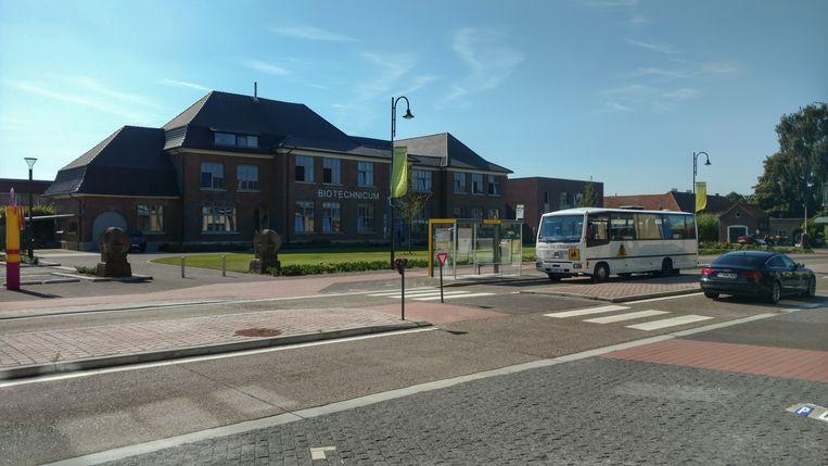 Een schoolbus rijdt op de Kaulillerweg door de heringerichte schoolomgeving. Onder andere de bushalte en de middenberm aan het Biotechnicum zijn aangepast.