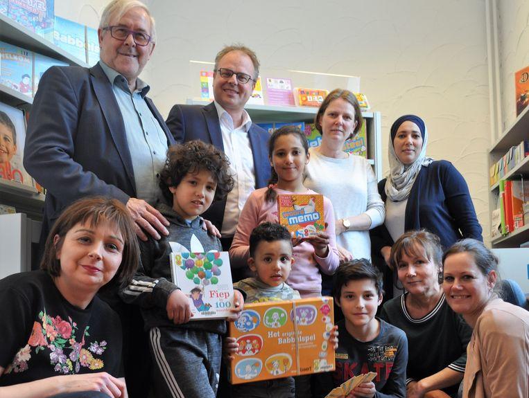 Kinderen die het Nederlands niet kennen kunnen voortaan met hun ouders terecht in het Taalpunt Nederlands in de bibliotheek van Sint-Pieters-Leeuw.