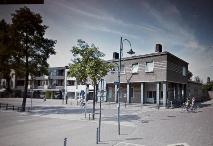 De wand zoals die er nu uitziet, met rechts het oude postkantoor.