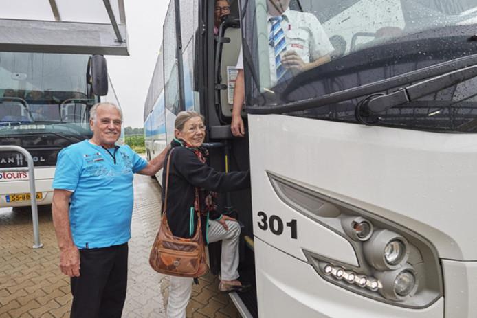 Piet en Tonny van Beijnen stappen in de bus naar Lourdes.