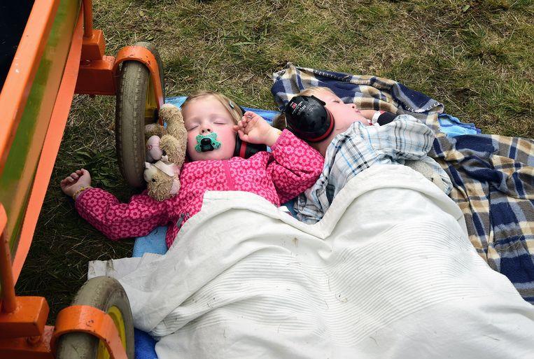 Er zijn biertenten, defensiestands, vliegsimulatoren en op het gras wordt geluierd en gepicknickt als op een popfestival. En die gehoorbescherming lijkt prima te werken. Beeld Marcel van den Bergh / de Volkskrant