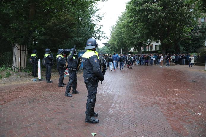De ME in actie bij de Roemeense ambassade in Den Haag.
