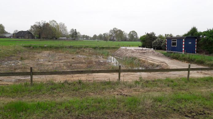 De fundering voor de bouw van een mestvergister aan de Kleinedijk in Klarenbeek ligt er.