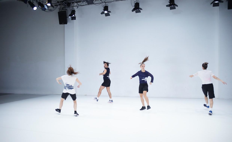 Andreas Hannes (twee van links) met zijn dansers tijdens een repetitie van Tremble.