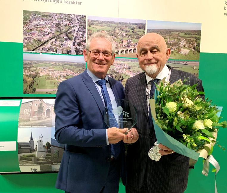 Jan Peumans krijgt award Toerisme van de vzw Toerisme Voerstreek uit handen van de voorzitter Guy Born.