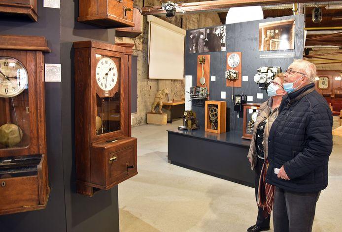 Expositie van prikklokken in het Industrieel Museum. De heer en mevrouw De Cooker uit Sas van Gent bekijken de prikklokken uit vroegere tijden.