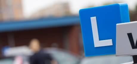 Politie berispt rij-instructeur in Aalburg: 'even' op stoep parkeren mag niet