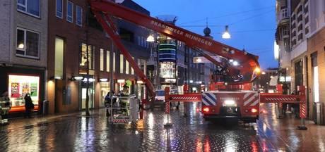 Brandweer verwijdert spandoeken in Nijmeegse binnenstad vanwege storm