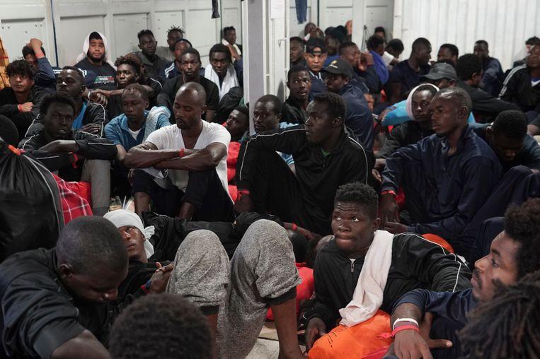Migranten aan boord van Ocean Viking.