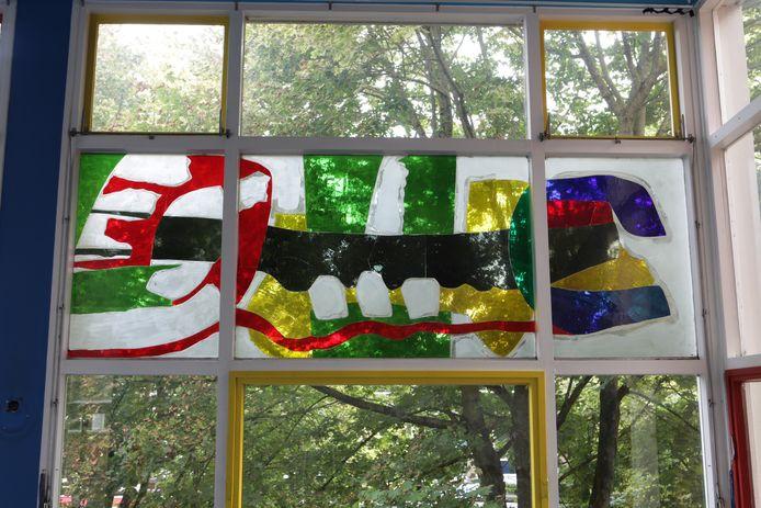 Het glaskunstwerk in de voorgevel van het Gilde College in Hengelo