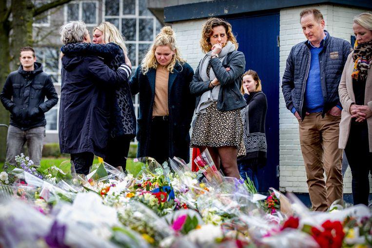 Bloemen en rouw bij de plek in Utrecht waar maandag drie mensen omkwamen bij een aanslag. Beeld ANP