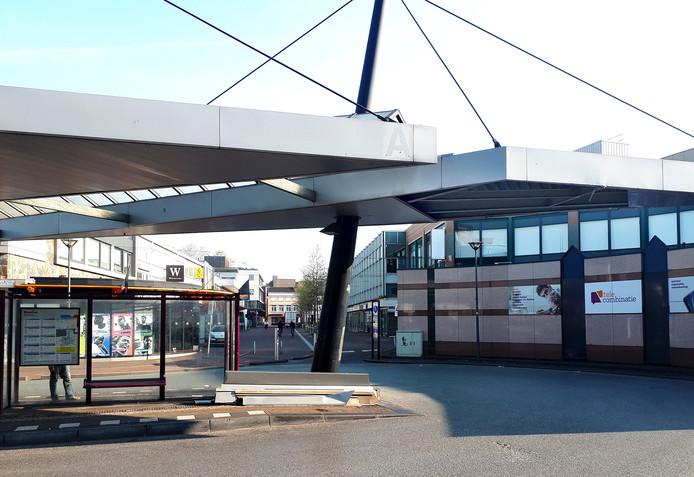 Overkapping busstation bij Roselaar beschadigd door vrachtwagen voor nostalgische kermis. Foto Alfred de Bruin