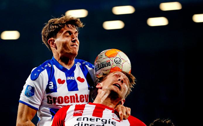 Illustratief voor de toegenomen weerstand die PSV na de winterstop ondervindt in de eredivisie: Daniel Høegh van Heerenveen troeft Luuk de Jong af.