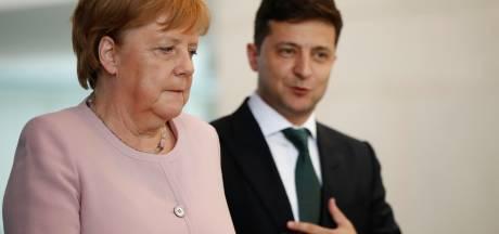 Zorgen om enorm trillende Merkel in Berlijn: 'Na drie glazen water ging het weer'