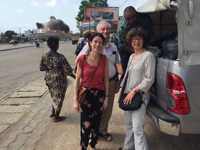 Schepen van Ontwikkelingssamenwerking Liesbeth Degrève (links) met twee andere verpleegkundigen van Artsen Zonder Vakantie in Benin. Ze hoopten er vrijwilligerswerk te kunnen doen, maar moeten terugkeren omdat Benin het risico op besmettingen met het coronavirus wil vermijden.