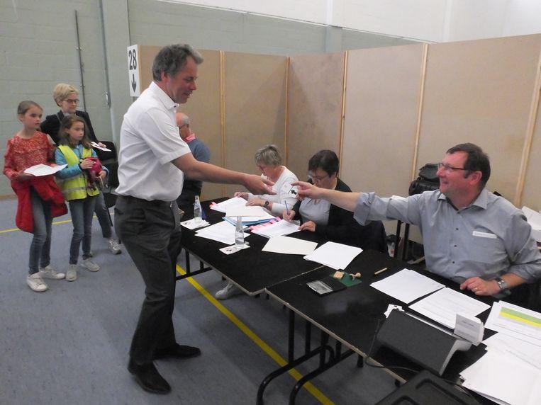 Jan Vermeulen ging met zijn gezin stemmen in zaal Ten Hove in Astene.
