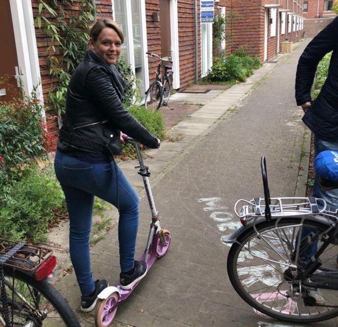 Eva Bronsveld gaat per step naar het gemeentehuis om haar pasgeboren kind aan te geven.