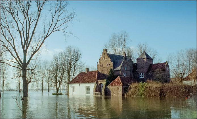Kasteel Heijen, hier bij hoogwater in 1995.