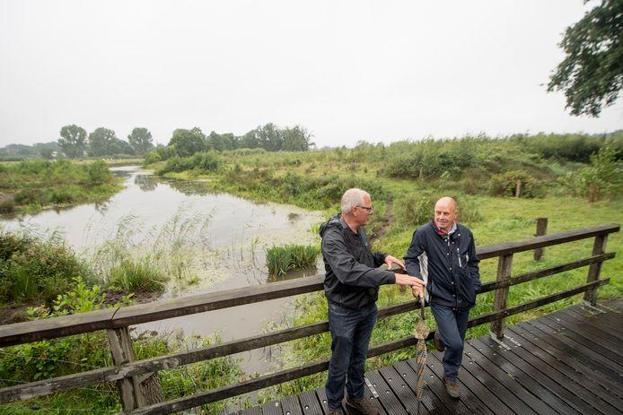 Gids Fokke Bakker (links) vertelt deelnemer Jan Getkate onder meer wetenswaardigheden over de Regge.