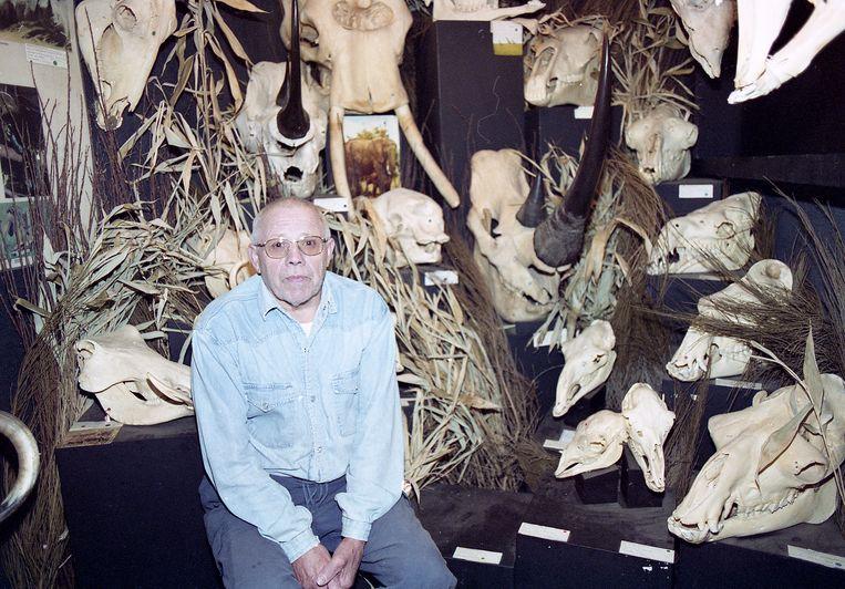 Oprichter van het Schedelmuseum Ward Geldhof, die drie jaar geleden overleed op 86-jarige leeftijd, tussen een klein deeltje van zijn unieke verzameling.