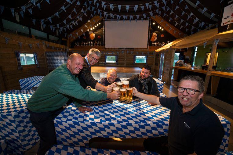 Rudy, Mike, Willy, Danny en Nick van VDP Sport zijn klaar voor hun Novemberfest.