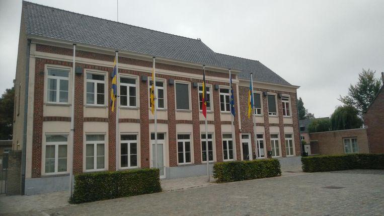Het gemeentehuis van Dentergem. Hoe zorg je ervoor dat inwoners meer betrokken worden bij het beleid?