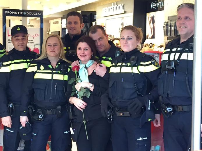 Agent Arco met zijn vriendin Natalie en collega's, nadat hij haar ten huwelijk heeft gevraagd.