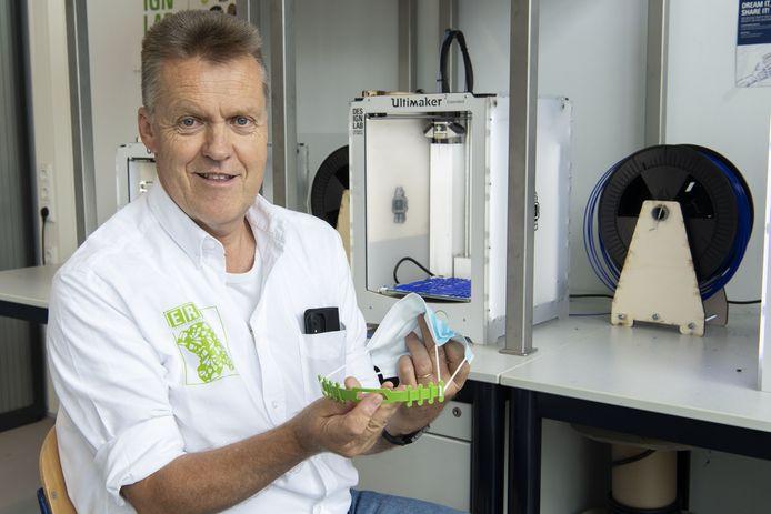 Technicus Eric Analbers van het DesignLab van de  UT ontwierp mondmaskerclips die gemaakt kunnen worden met behukp van een 3D-printer.