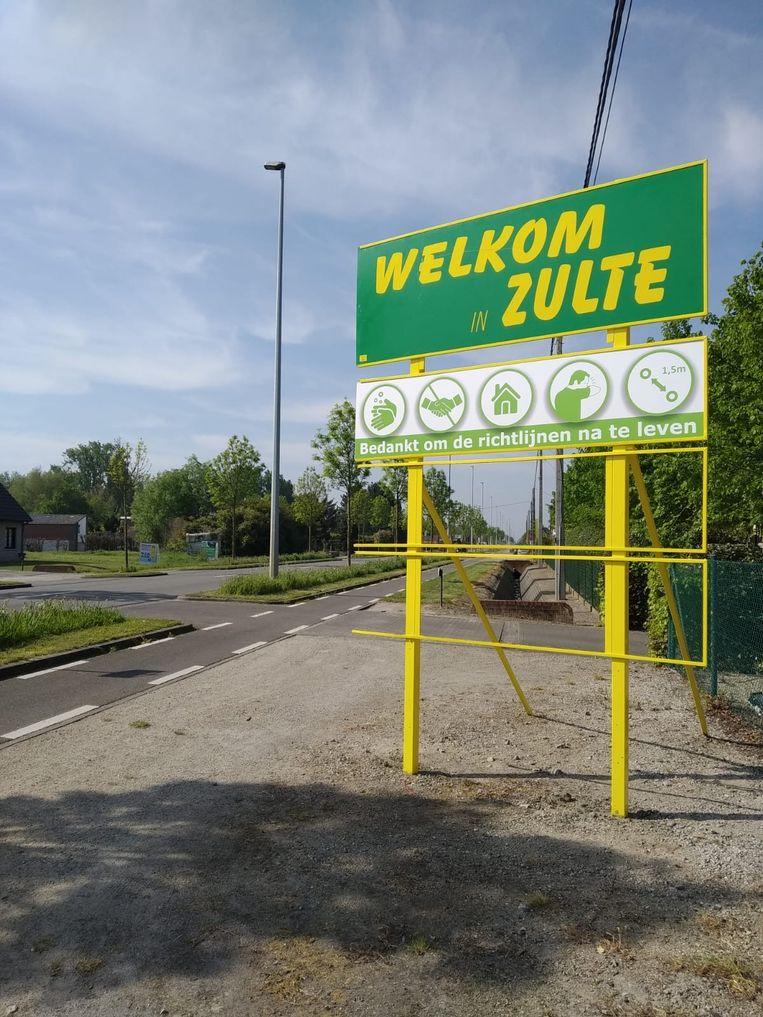 Het welkomstbord met coronarichtlijnen in Machelen.