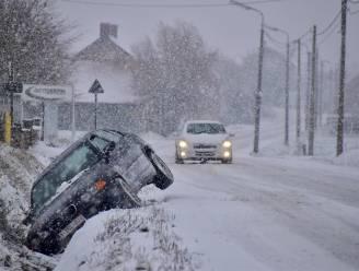 Man onder invloed botst op sneeuwglad wegdek met tegenligger