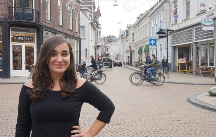 Bregje Mols strijkt met haar Focus Foodbar in het Dwaalgebied neer. Deze foto werd begin dit jaar gemaakt, toen ze nog geheim wilde houden waar in de binnenstad ze een pand op het oog had. 'Kapers op de kust'.