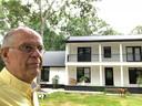 Hugo Heule bij zijn huis in Charleston.