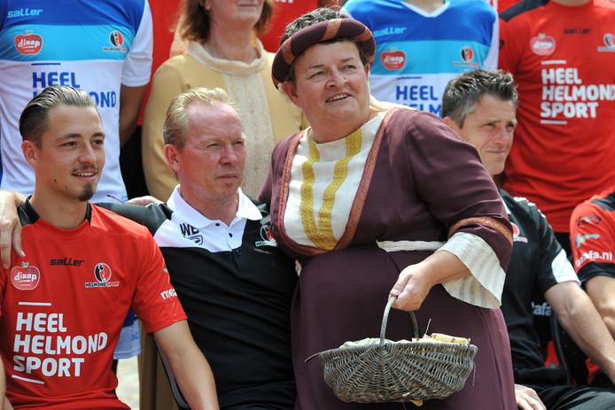 Een bijzondere fan voor de kersverse Helmond Sport-trainer Wil Boessen. Een in middeleeuwse kleding gestoken mevrouw kroop bij hem op zijn schoot.