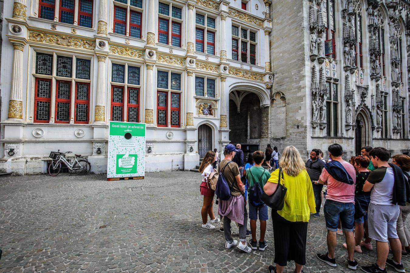 Brugge afvalcontainer voor mooie gevel stadsarchief Brugge