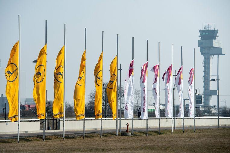 De vlaggen van Lufthansa (L) en Germanwings hangen woensdag halfstok. Beeld epa