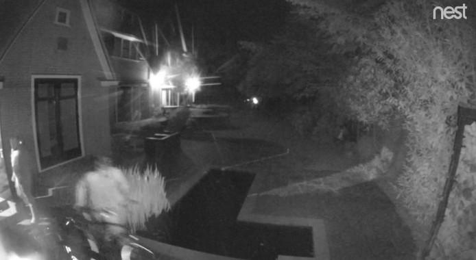 Still van het beeld van de bewakingscamera toont de inbrekers die een fiets naar buiten rijden bij de woning in de Burgemeesterswijk in Arnhem