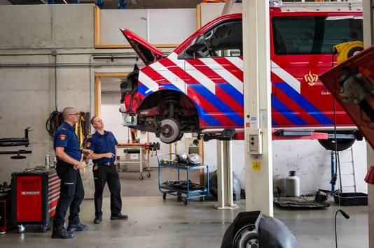 Bas Voortman en Marc Jorink (v.l.n.r.) controleren een auto.