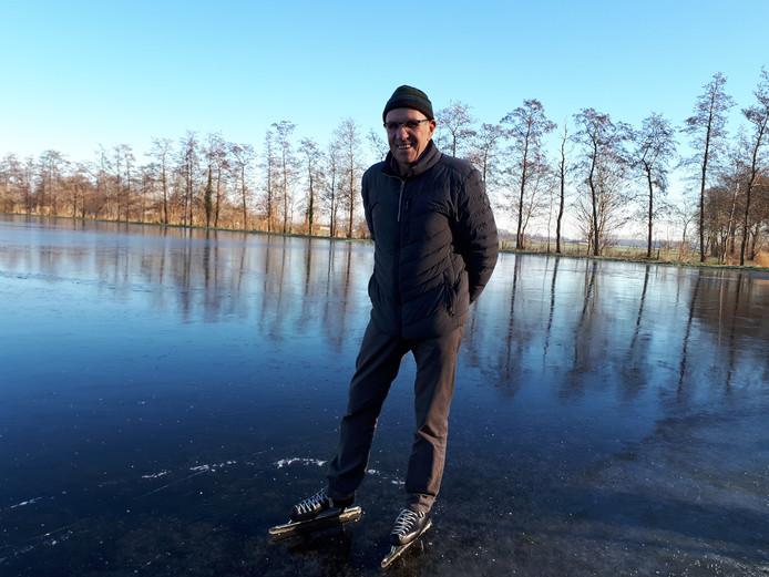"""IJsmeester Henk Harleman schaatst zijn eerste meters op de baan in Olst. ,,Nog even geduld."""""""