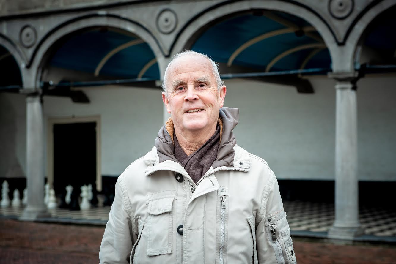 Dick Doeswijk bij Onder de Beuze, waar op de geblokte tegelvloer schaakstukken zijn gezet.