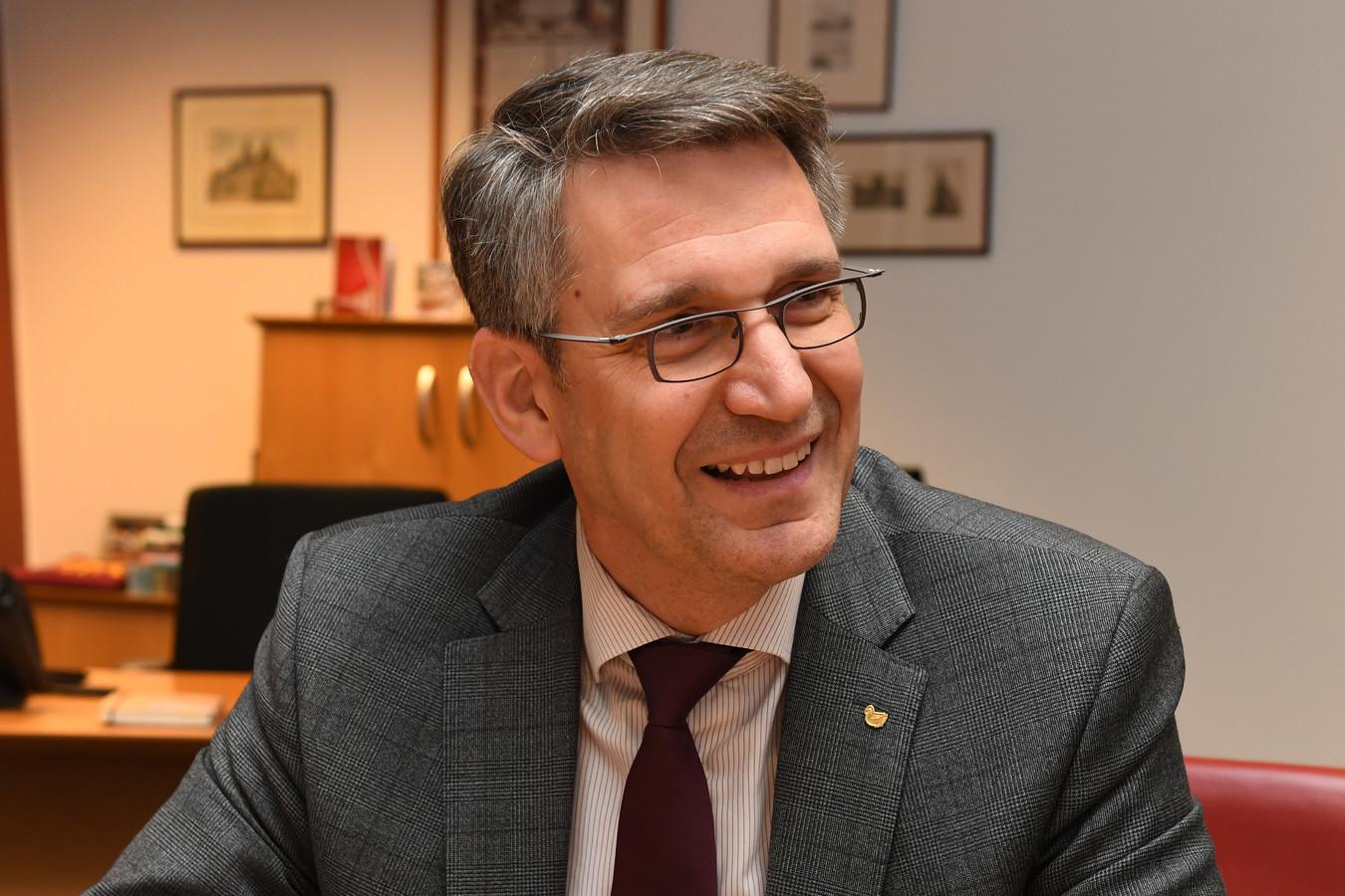 Burgemeester Wim Hillenaar moest een week geleden vol aan de bak. Om raddraaiers weg te houden van een Project X-feest in Katwijk. 'Wat er online gebeurt, is zó ongrijpbaar.'