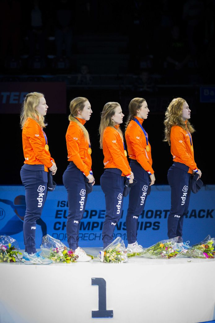 Tineke den Dulk, Lara van Ruijven, Yara van Kerkhof, Suzanne Schulting  en Rianne de Vries (vlnr) tijdens de huldiging van de relay bij de Europese kampioenschappen shorttrack.