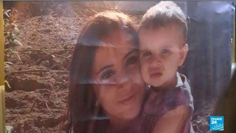 Een foto van de baby Assia met haar moeder. Beeld screenshot