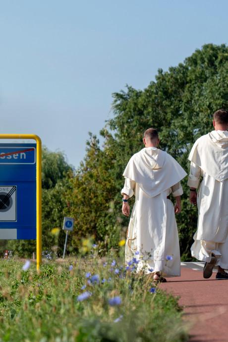 Betuwse dominicanen wandelen in habijt naar nieuw thuis in Rotterdam