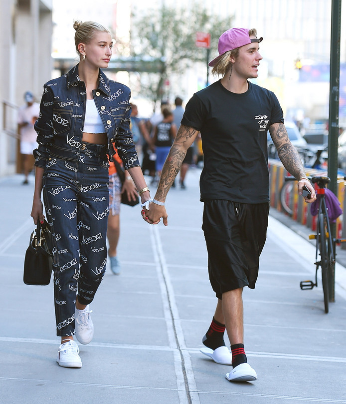 Justin en Hailey lopen hand in hand in New York, in juli.