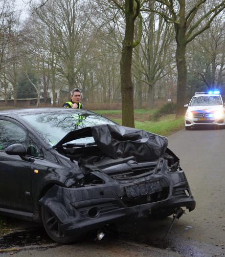 Auto rijdt tegen boom bij eenzijdig ongeval in Zelhem, weg afgesloten