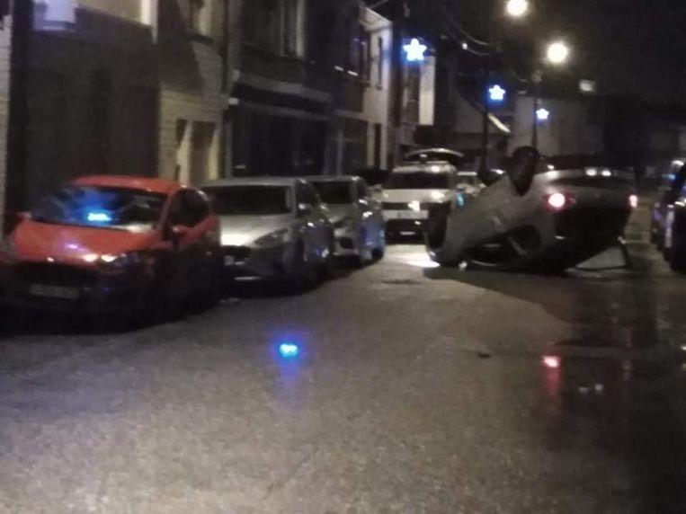 Een auto op zijn dak in de Assenedesteenweg.