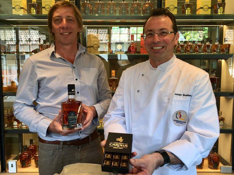 Charles Leclef en Johan Buelens tonen de Belgische whiskypraline met Gouden Carolus Single Malt.