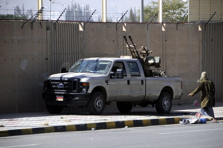 Houthi's houden nog altijd de wacht bij het paleis in Sanaa. Beeld epa
