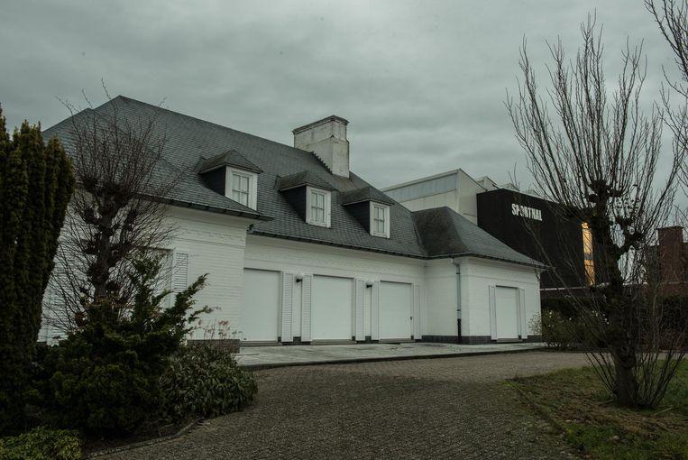 """De gemeente heeft al meer dan een miljoen euro betaald voor de aankoop van de witte villa en studiekosten hiervoor en gaat het pand nu slopen voor een nieuwbouw, die nog eens 2,5 miljoen euro gaat kosten . """"Onbegrijpelijk"""",  vindt oppositiepartij Open Vld."""