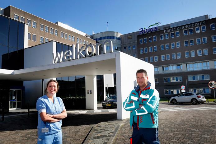 Arie van den Bos met zijn vrouw Leonie bij het Beatrixziekenhuis, keurig op 1,5 meter van elkaar.
